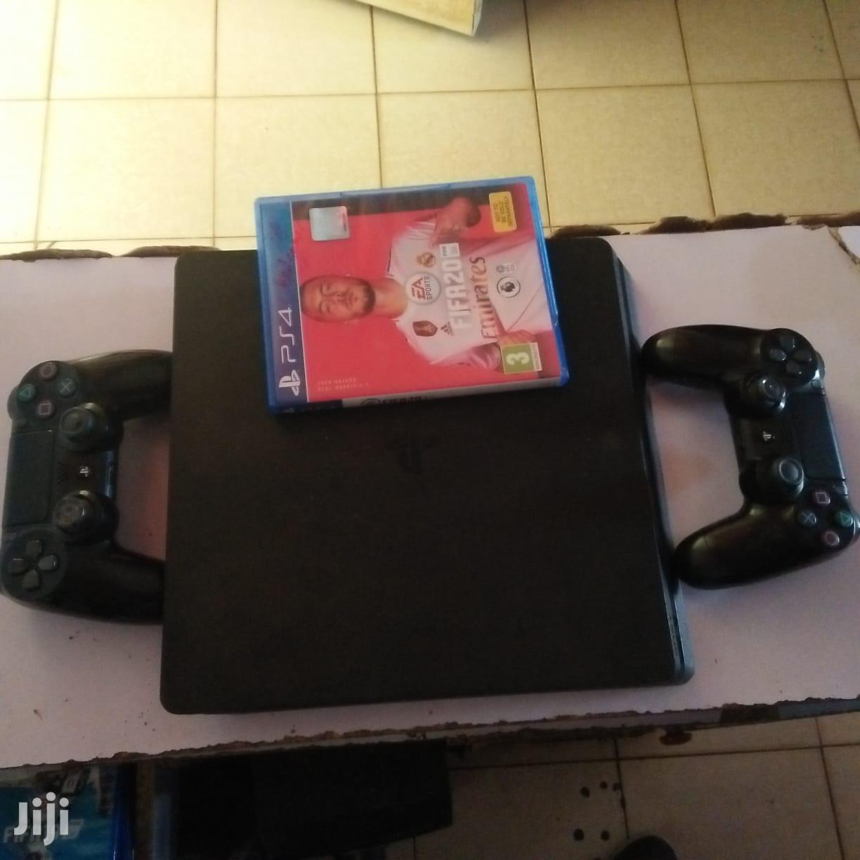 PS4 + 2 Pads + Fifa 20