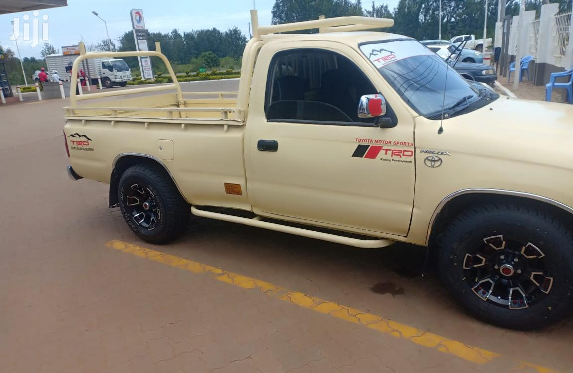 Archive: Toyota Hilux 2001 Beige